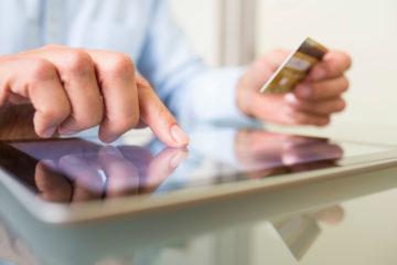 Die Abredeversicherung kann online abgeschlossen und per Kreditkarte oder PostCard bezahlt werden.
