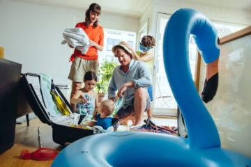 Familie packt für die Ferien